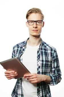 Bell'uomo sorridente con gli occhiali con computer tablet. isolato su sfondo bianco