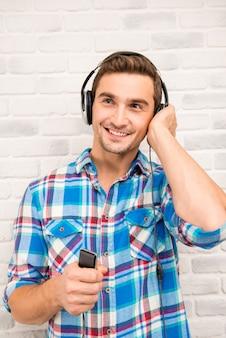 Studente bello ascolta musica