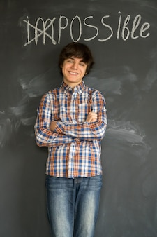 Il ragazzo bello dell'adolescente che sta sotto la parola impossibile si è trasformato in possibile