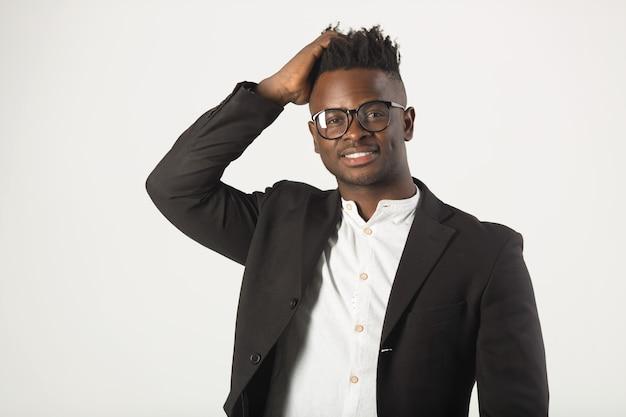 Bel giovane uomo africano in una camicia bianca