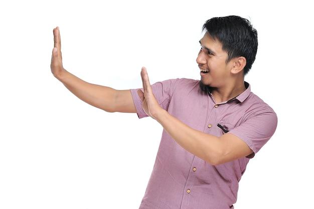 Bel giovane asiatico che nega di rifiutare la proposta rifiutando un cattivo affare non è d'accordo