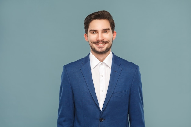 Bel giovane uomo d'affari sorridente a trentadue denti