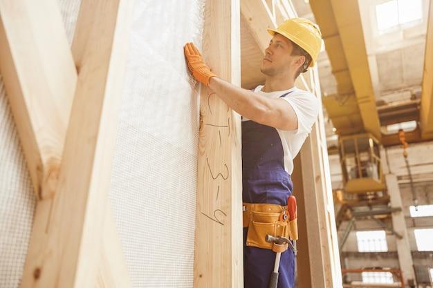 Costruttore bello del giovane che lavora al cantiere
