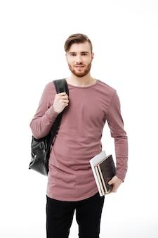 Bel giovane che trasportano libri