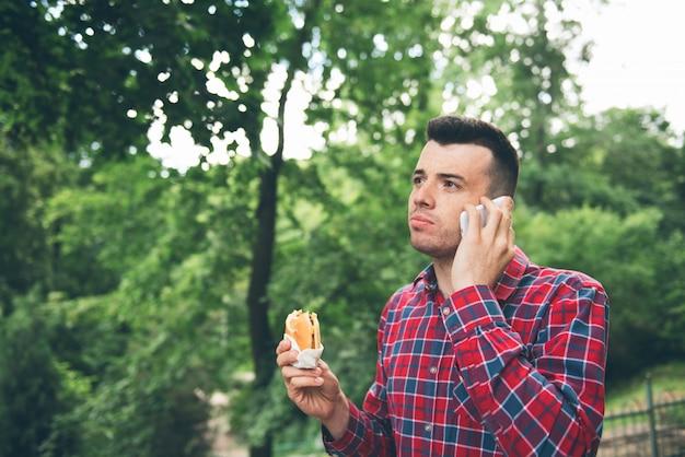 Panino mangiatore di uomini bello all'aperto