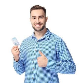 Bel giovane con biglietto da visita su sfondo bianco