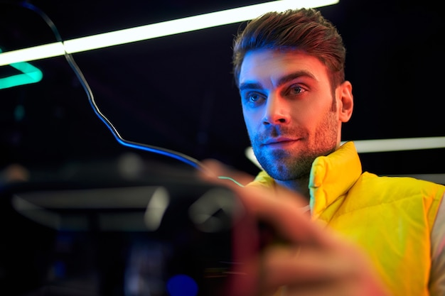 Bel giovane con gli occhiali della realtà virtuale. vr, giochi, intrattenimento, concetto di tecnologia del futuro.