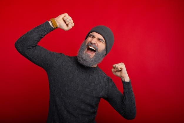 Il giovane bello con la barba bianca celebra la vittoria, la notte di san silvestro è qui
