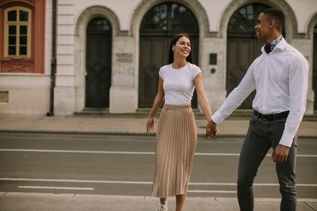 Bella giovane coppia multietnica che cammina per strada