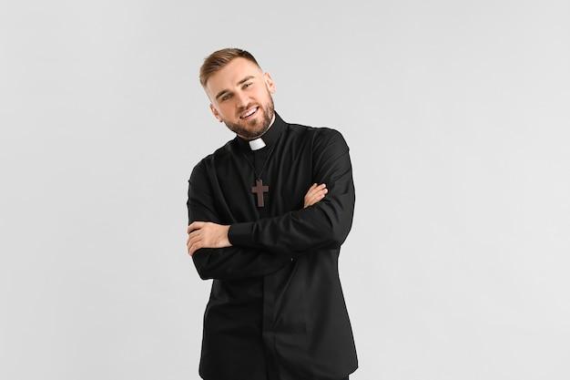 Bel giovane prete su gray