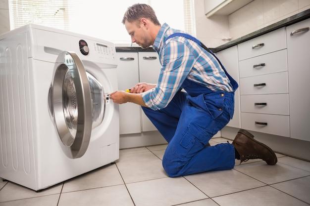 Tuttofare che ripara una lavatrice