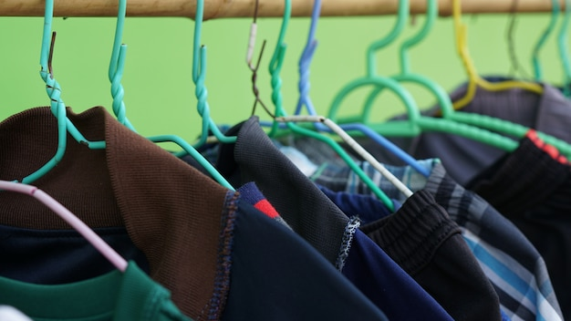 Appendere abiti colorati
