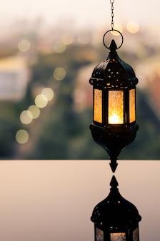 Lanterna pensile con cielo al tramonto per il ramadan kareem.