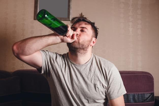 Postumi di una sbornia dopo aver bevuto molto.