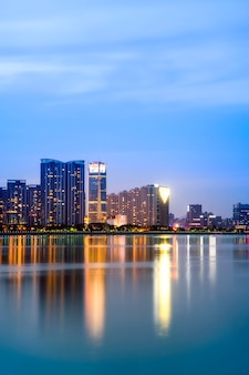 Vista notturna di architettura dell'edificio per uffici del distretto finanziario di hangzhou e skyline della città