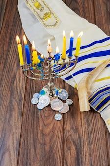 Candele della menorah di hanukkah festività ebraiche hanukkah, la festa ebraica delle luci