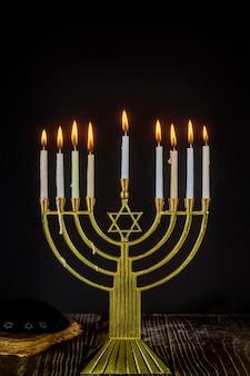 Hanukkah con le candele menorah tradizionali della festa ebraica di menorah