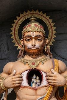 Hanuman statua, idolo indù vicino al fiume gange, rishikesh, india. luoghi sacri per i pellegrini. la statua che ritrae lord hanuman apre il suo petto e rivela lord rama e sita al suo interno, nel cuore