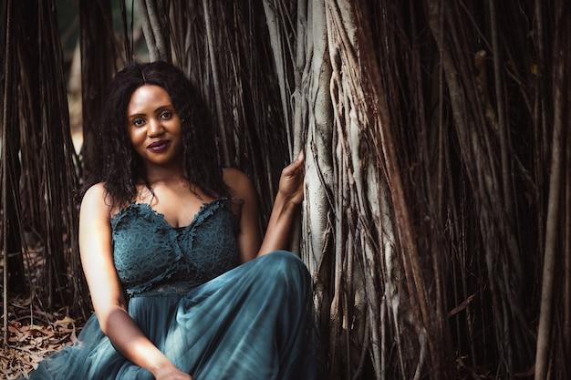 Più felice fuori in giardino, giovane donna di colore spensierata