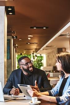 La felicità non viene dal fare un lavoro facile due colleghi che pranzano nel ristorante dell'azienda