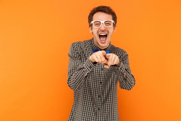 Studente della felicità che guarda la telecamera e punta il dito contro la telecamera