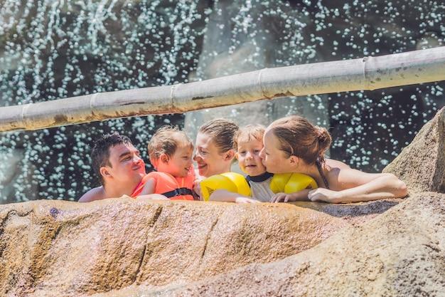 Felici adulti e bambini in un parco acquatico