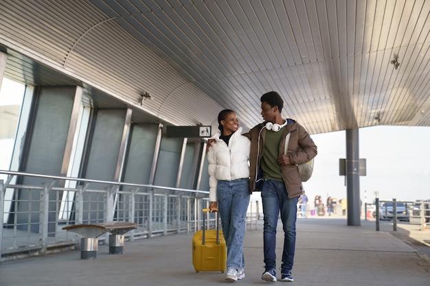 Felice coppia afroamericana lascia l'aeroporto dopo l'arrivo Foto Premium