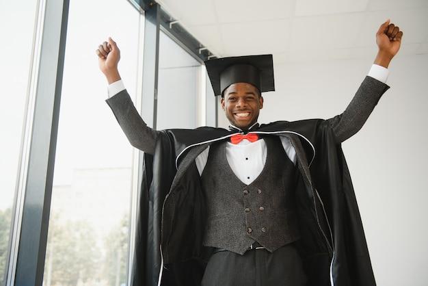 Felice laureato in legge afroamericano il giorno della laurea