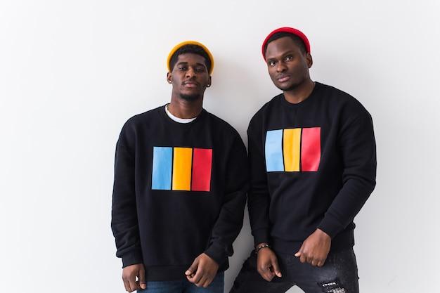 Giovani afroamericani felici in nero alla moda