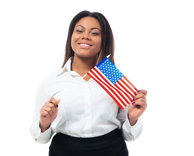Busiensswoman africano felice che tiene la bandiera degli stati uniti