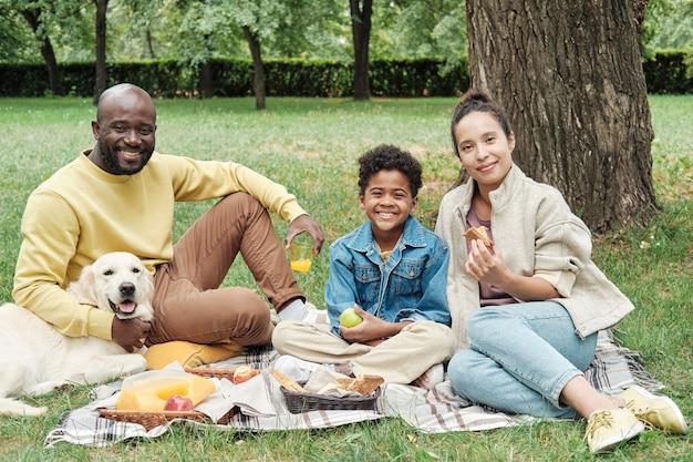 Felice famiglia africana all'aperto