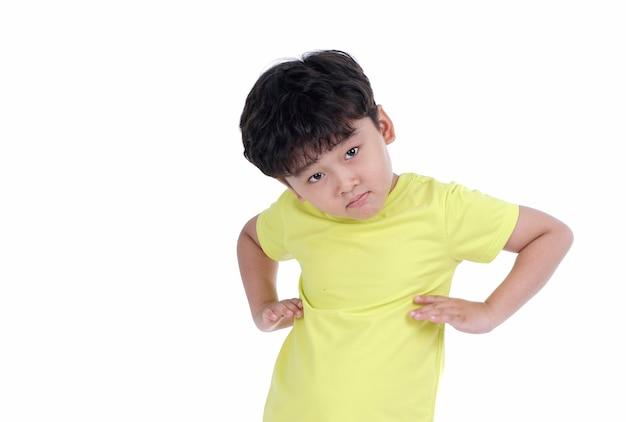 Felice bambino asiatico con simpatica espressione sciocca isolato su sfondo bianco