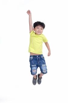 Felice bambino asiatico con un'espressione sciocca e carina salta isolato su sfondo bianco