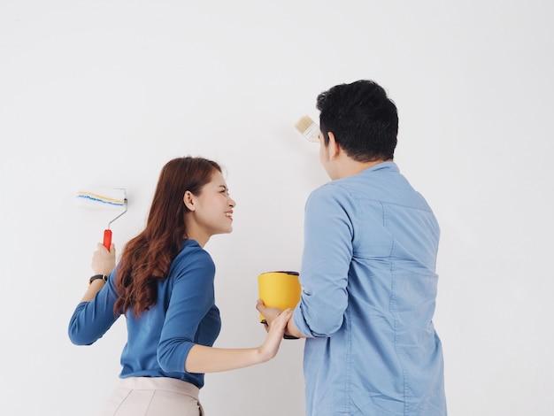 Parete asiatica felice della pittura dell'amante delle coppie a nuova casa insieme