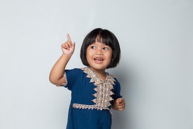 La bambina asiatica felice pensa all'idea isolata su fondo bianco