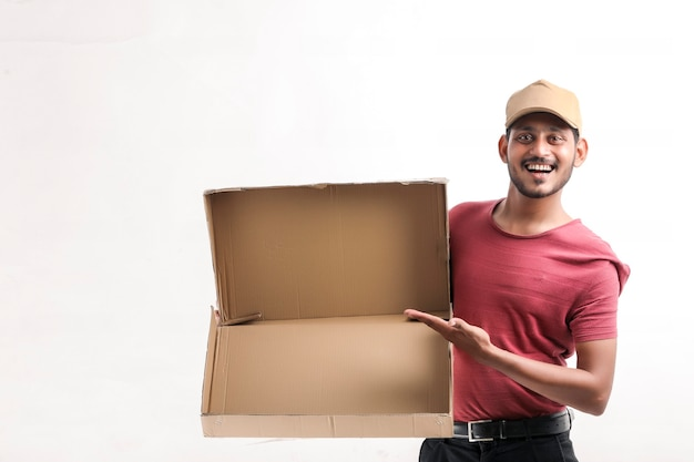 Felice uomo asiatico in t-shirt e berretto con scatola vuota isolata su sfondo bianco, concetto di servizio di consegna delivery