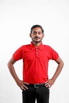 Felice uomo asiatico in t-shirt e berretto in piedi su sfondo bianco, concetto di servizio di consegna