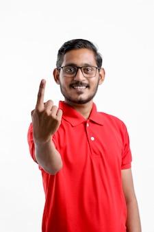 Felice l'uomo asiatico in t-shirt e mostrando espressione isolato su sfondo bianco.