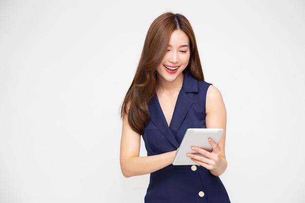 Felice donna asiatica utilizzando tablet