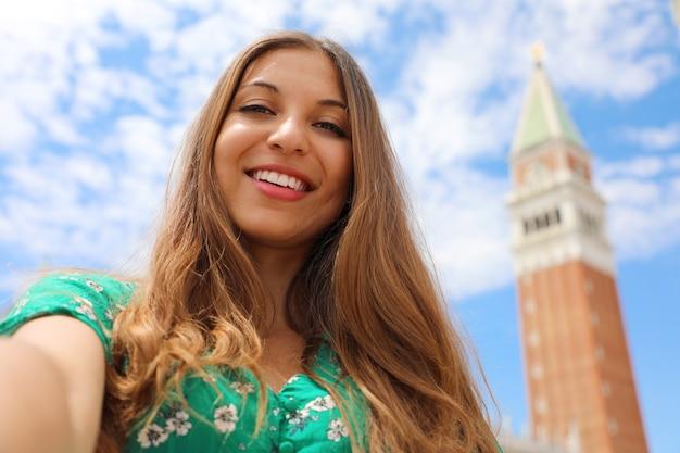 Felice donna attraente sorridente a venezia in italia