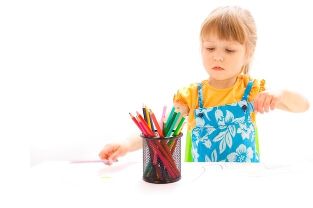 Felice bambina bella pittura su uno sfondo bianco
