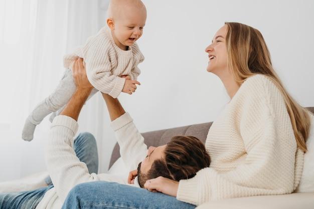 Bambino felice con madre e padre a casa
