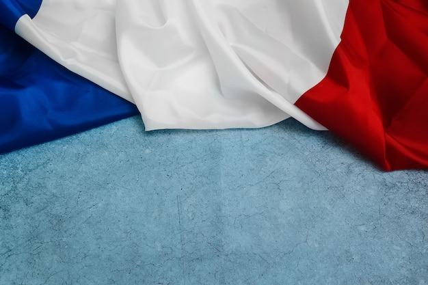 Felice giorno della bastiglia 14 luglio bandiera della francia su sfondo blu