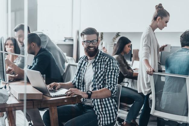 Felice di far parte di una grande squadra. riunione del team aziendale in ufficio