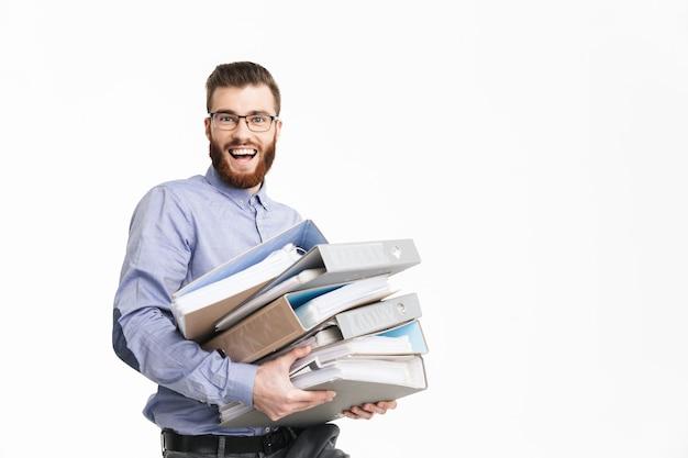 Uomo elegante barbuto felice in occhiali che tengono le cartelle e guardano