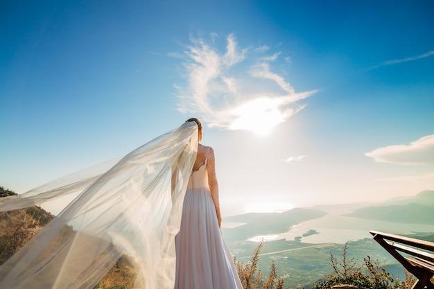Felice bella sposa all'aperto abito da sposa svolazzante