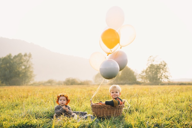 Felici bei bambini che giocano sulla natura fratello e sorella nel parco autunnale
