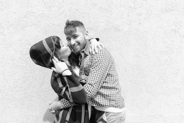 La coppia felice e bella in bianco e nero