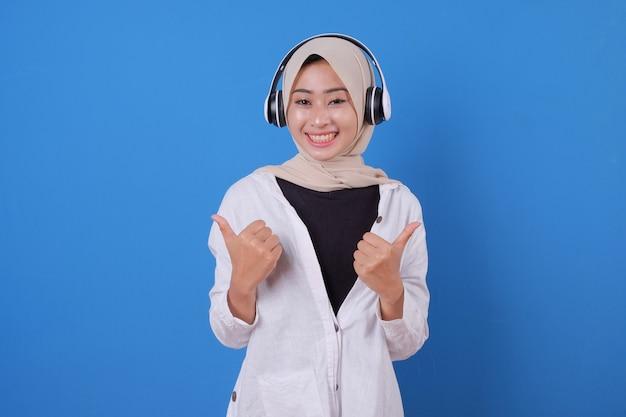 Bella ragazza felice che gode della musica d'ascolto in cuffie senza fili
