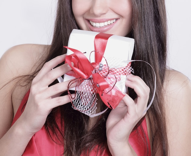 Bella donna felice che la bacia un regalo.